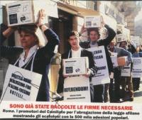 Manifestazione in fila indiana per la consegna degli scatoloni contenenti i moduli firmati dei referendum in materia di fecondazione assistita. Da sin
