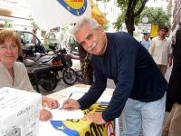 Severino Antinori firma a un tavolo i quesiti referendari in materia di fecondazione assistita.