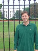Benedetto Della Vedova davanti al cancello della Casa Bianca.