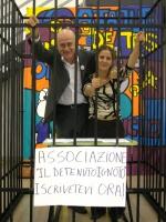 Sergio D'Elia e Irene Testa, dentro una gabbia di ferro, collocata nel foyer del Salone del Terzo Congresso dei Radicali Italiani, promuovono la nuova