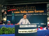 """Marco Beltrandi, alla tribuna del Terzo Congresso dei Radicali Italiani, di fronte al banner: """"Referendum, caso Italia caso Europa""""."""