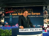 Gianni De Michelis alla tribuna del Terzo Congresso dei Radicali Italiani.