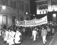 manifestanti durate una fiaccolata antiproibizionista. Larga, con striscione del CORA che si legge bene.  (BN)