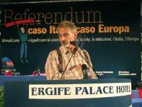"""Armando Crocicchio (contestatore """"storico"""" dei congressi radicali) alla tribuna del Terzo Congresso dei Radicali Italiani."""
