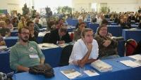 Maurizio Gasparri, seduto nella platea del Terzo Congresso dei Radicali Italiani, fra gli esponenti del FUORI Antonio Pisani Ceretti e Nicolino Tosoni