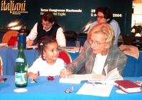 Emma Bonino, a fianco di una bambino, alla presidenza del Terzo Congresso dei Radicali Italiani. In secondo piano: Matteo Mecacci e Marco Cappato.