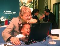 Rita Bernardini e una bambina al tavolo di presidenza del Terzo Congresso dei Radicali Italiani.