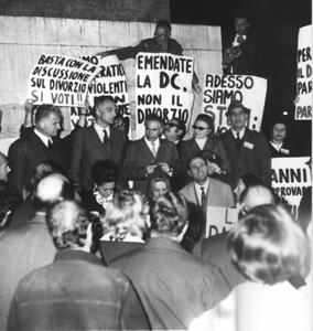 """""""Mellini, Pannella, Fortuna parlano a Montecitorio davanti alla folla. Cartelli """"""""basta con la discussione sul divorzio, si voti"""""""", """"""""Emendate la DC,"""