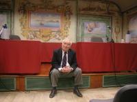 Angiolo Bandinelli, siede fra i tavoli ancora vuoti dei conferenzieri, in occasione di un dibattito tra Marco Pannella e Giuliano Ferrara.