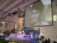 Terzo Congresso dei Radicali Italiani. Sullo schermo: Luca Coscioni. A fianco: i tavoli della presidenza.