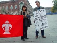 """Manifestazione davanti al palazzo della giunta regionale del Piemonte, a sostegno della democrazia nel Laos. Olivier Dupuis indossa il cartello: """"Bast"""