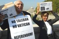 Consegna in Cassazione delle firme sui referendum in materia di fecondazione assistita. Marco Pannella ed Emma Bonino, sullo sfondo della cupola di Sa