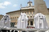 Maratona oratoria davanti a Montecitorio per il ripristino della legalità costituzionale (plenum) alla Camera dei Deputati. Sagome di fantasmi (che si