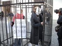 """Manifestazione in una gabbia di ferro, a Montecitorio, a sostegno dei diritti dei detenuti. Cartello: """"Dignità per i cittadini detenuti"""". Altre digita"""