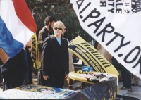 Rita Bernardini, presso un tavolo di milianti radicali.