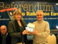 Rita Bernardini consegna una radiolina premio offerta da Radio Radicale, a Sergio Ravelli, per la campagna di iscrizioni del 2005. (A sinistra: Sergio