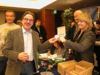 Rita Bernardini consegna una radiolina premio offerta da Radio Radicale, a Werther Casali, per la campagna di iscrizioni del 2005