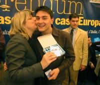 Rita Bernardini consegna una radiolina premio offerta da Radio Radicale, a Matteo Angioli, per la campagna di iscrizioni del 2005