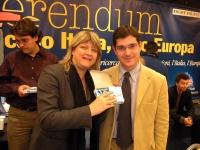 Rita Bernardini consegna una radiolina premio offerta da Radio Radicale, a Daniele Capezzone, per la campagna di iscrizioni del 2005