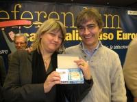 Rita Bernardini consegna una radiolina premio offerta da Radio Radicale, a Maurizio Turco, per la campagna di iscrizioni del 2005