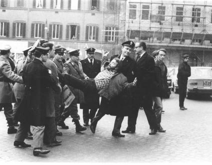 manifestante portato via di peso dalla polizia (BN) ottima