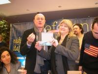 Rita Bernardini consegna una radiolina premio offerta da Radio Radicale, a Sergio D'Elia, per la campagna di iscrizioni del 2005