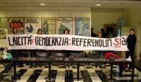 """Striscione: """"Laicità e democrazia: referendum sia"""", sollevato dai giovani responsabili della trasmissione di Radio Radicale """"Generazione Elle""""."""