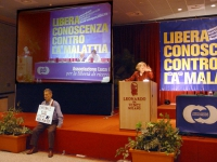 Emma Bonino alla tribuna del Terzo Congresso dell'Associazione Coscioni. Seduto sul palco: Armando Crocicchio.