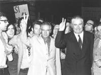 Corsia Agonale. La legge sul divorzio viene approvata dal Senato. Loris Fortuna (PSI) e Antonio Baslini (PLI) entrambi con due dita alzate in segno di