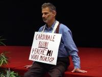 """Armando Crocicchio al Terzo Congresso dell'Associazione Coscioni. Reca al collo il cartello: """"Cardinale Ruini, perché mi vuoi morto?""""."""