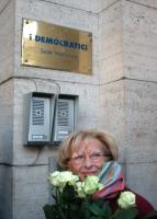 Emma Bonino suona al citofono della sede dell'Unione dei Democratici, recando un mazzo di rose gialle (in vista di un possibile accordo elettorale).