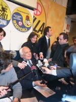 Marco Pannella intervistato dai giornalisti, dopo una conferenza stampa sulla vicenda della richiesta di ospitalità per le elezioni regionali, presso