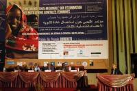 Emma Bonino alla tribuna della Conferenza Sub-Regionale contro le Mutilazioni Genitali Femminili. Vista completa del banner.