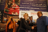 Stretta di mano tra Emma Bonino e il Primo Ministro del Gibuti Dileita Mohamed Dileita in conclusione della Conferenza Sub-Regionale contro le Mutilaz