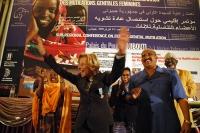 Emma Bonino esultante al termine della Conferenza Sub-Regionale contro le Mutilazioni Genitali Femminili. A destra, il Primo Ministro del Gibuti Dilei