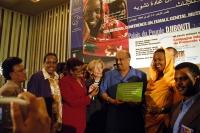Foto di gruppo con Emma Bonino e il Primo Ministro del Gibuti Dileita Mohamed Dileita.(che reca un cartello con una dichiarazione a sostegno del proto