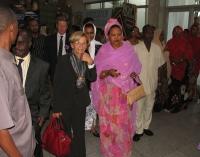 Emma Bonino all'aeroporto in occasione della Conferenza Sub-Regionale contro le Mutilazioni Genitali Femminili. In secondo piano: Gianfranco Dell'Alba