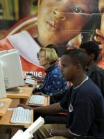 Emma Bonino al computer, fra alcuni ragazzi neri, in occasione della Conferenza Sub-Regionale contro le Mutilazioni Genitali Femminili.