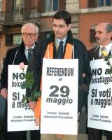 Manifestazione unitaria dei comitati promotori del referendum sulla fecondazione assistita, davanti a palazzo Chigi, perché sia scelto il 29 maggio pe