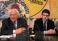 Conferenza stampa di Marco Pannella, al terzo giorno di sciopero della sete, per un provvedimento di amnistia dopo la morte del Papa. A destra: Daniel