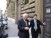 Marco Pannella, in sciopero della sete per un provvedimento di amnistia, si reca con Daniele Capezzone in visita al carcere di Regina Coeli.