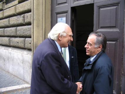 Marco Pannella stringe la mano a Luigi Montevecchi, recandosi in visita al carcere di Regina Coeli, durante un suo sciopero della sete per un provvedi