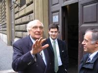 Marco Pannella con Daniele Capezzone e Luigi Montevecchi, mentre si reca in visita al carcere di Regina Coeli, durante uno sciopero della sete a soste