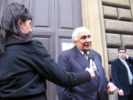 Marco Pannella intervistato davanti al portone del carcere di Regina Coeli, dove si è recato in visita ai detenuti, nel corso di un suo sciopero della