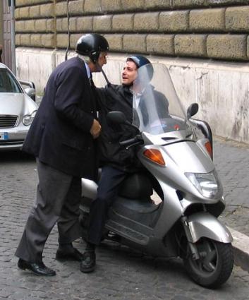 Marco Pannella scende dallo scooter guidato da Sergio Rovasio, recandosi in visita al carcere di Regina Coeli, nel corso di uno sciopero della sete a