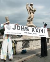 """Due trampolieri sostengono a Ponte Sant'Angelo uno striscione con la scritta: """"John XXIV - a wish, a dream"""", nel corso di una manifestazione radicale"""