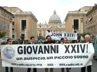 """Manifestazione radicale durante il Conclave. Striscione a via della Conciliazione: """"Giovanni XXIV - un auspicio, un piccolo sogno"""". Dietro, da sinistr"""