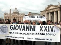 """Manifestazione radicale durante il Conclave. Striscioni in italiano e in inglese, a piazza San Pietro: """"Giovanni XXIV - un auspicio, un piccolo sogno"""""""