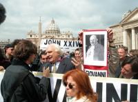 """Manifestazione radicale durante il Conclave. Marco Pannella intervistato davanti a piazza San Pietro. Striscione di sfondo: """"John XXIV!""""."""