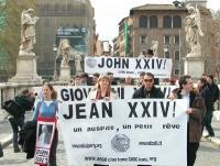 """Manifestazione radicale durante il Conclave. A Ponte Sant'Angelo, striscioni in tre lingue: """"Giovanni XXIV un auspicio, un piccolo sogno"""". In prima fi"""
